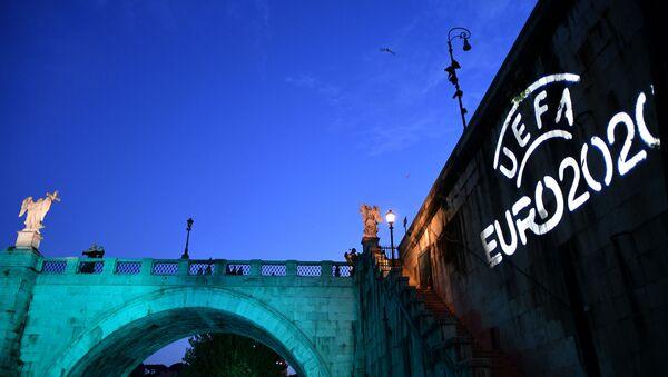 Мост Сант-Анджело, освещенный логотипом УЕФА Евро-2020, Рим - Sputnik Азербайджан