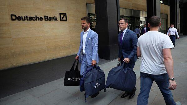 Мужчины выходят из здания офиса Deutsche Bank в Лондоне - Sputnik Азербайджан