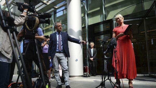 Хизер Миллс общается со СМИ возле Rolls Building в конце судебного процесса по взлому телефона против газет News Group в Лондоне - Sputnik Азербайджан