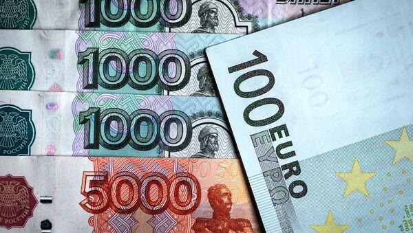 Денежные купюры: российский рубли и евро, фото из архива - Sputnik Азербайджан