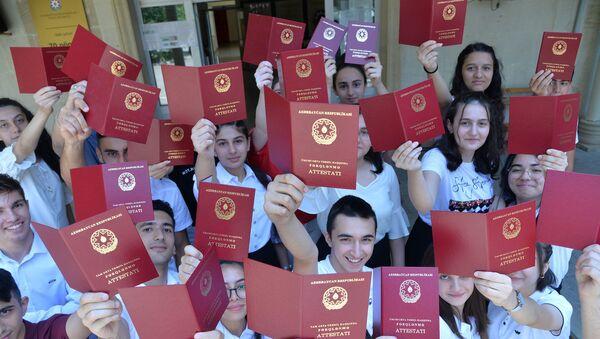 Выпускникам школ вручили аттестаты - Sputnik Азербайджан