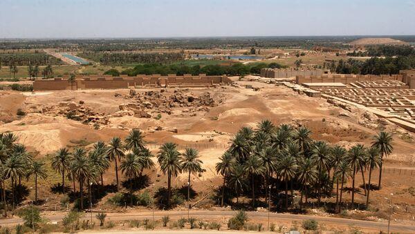 Вид на Вавилон со стороны бывшего летнего дворца Саддама Хусейна. Фото ВМС США - Sputnik Azərbaycan