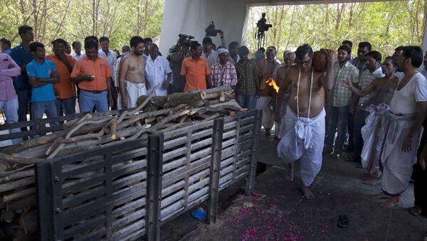 Подготовка к кремации в Индии - Sputnik Азербайджан