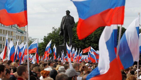 Люди возле памятника Ленину во время шествия, посвященного Дню России, в  Донецке, Украина - Sputnik Азербайджан