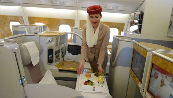 Стюардесса в салоне представительского люкса самолета Airbus A380 - Sputnik Азербайджан