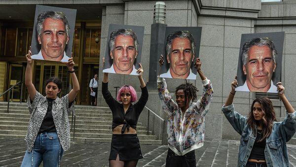 Участницы акции протеста с портретами Джеффри Эпштейна перед зданием федерального суда в Нью-Йорке - Sputnik Азербайджан