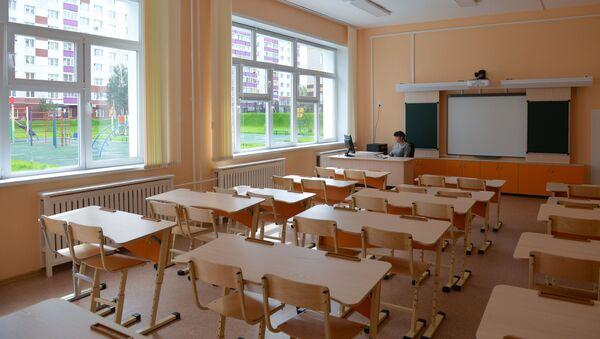 Учитель в классе, фото из архива - Sputnik Азербайджан