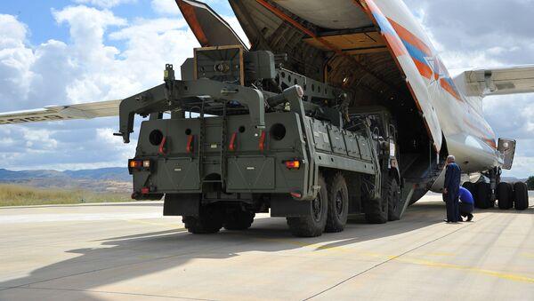 Первые части российской системы противоракетной обороны С-400 выгружены с российского самолета в аэропорту Муртед, известном как авиабаза Акинчи, недалеко от Анкары, Турция - Sputnik Азербайджан