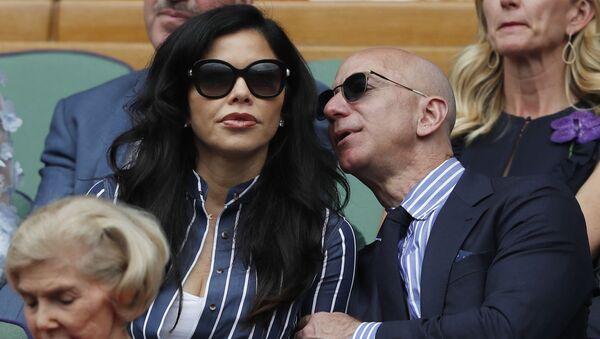 Глава Amazon Джефф Безос появился на трибуне мужского финала Уимблдона в компании телеведущей Лорен Санчез - Sputnik Азербайджан