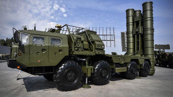 Российская система пуска зенитных ракет С-400 представлена на экспозиционном поле в парке Кубинка Патриот под Москвой - Sputnik Азербайджан