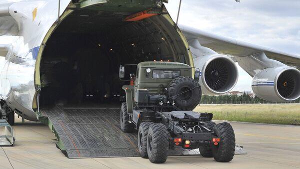 Первые части российской системы противоракетной обороны С-400 выгружены с российского самолета в аэропорту Муртед, известном как авиабаза Акинчи, недалеко от Анкары, Турция - Sputnik Azərbaycan
