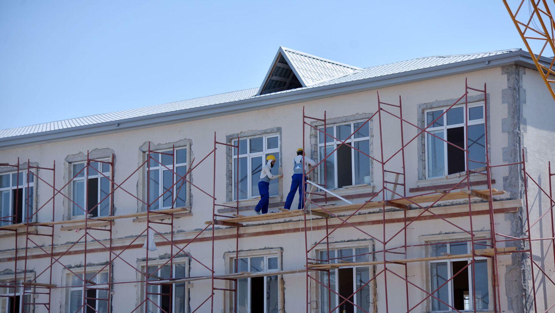 Ремонтно-строительные работы в одной из школ - Sputnik Азербайджан, 1920, 01.04.2021
