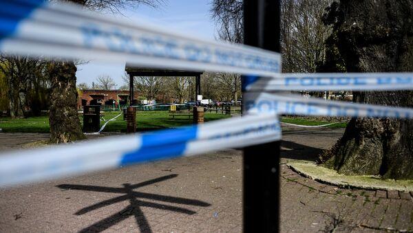 Ограждения, выставленные полицией города Солсбери, у входа в парк, где на скамейке были обнаружены  бывший полковник ГРУ Сергей Скрипаль и его дочь Юлия - Sputnik Azərbaycan