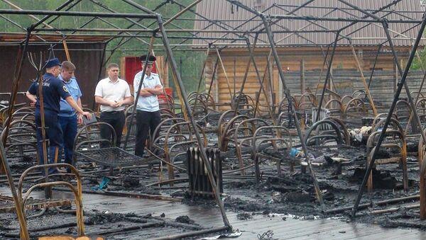 Последствия пожара на территории горнолыжного комплекса Холдоми в Солнечном районе в палаточном городке. 23 июля 2019 - Sputnik Азербайджан