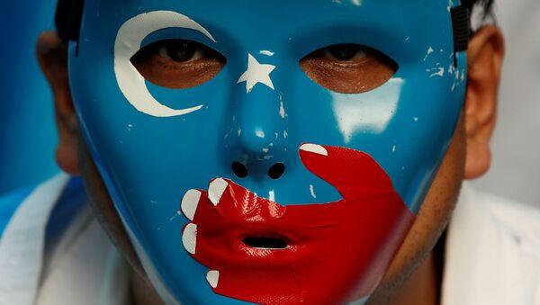 Китайский уйгурский мусульманин участвует в антикитайской акции протеста во время саммита лидеров G20 в Осаке, Япония - Sputnik Azərbaycan