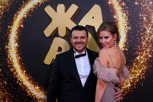 Эмин Агаларов с супругой на красной дорожке фестиваля Жара-2019 - Sputnik Азербайджан