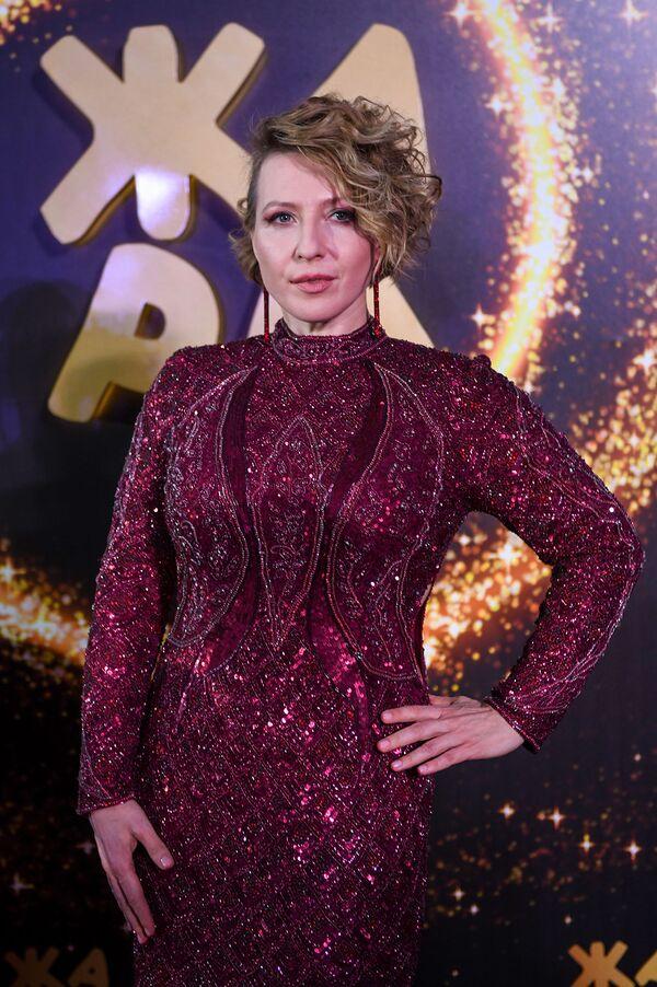 Яна Чурикова на красной дорожке фестиваля Жара-2019 - Sputnik Азербайджан