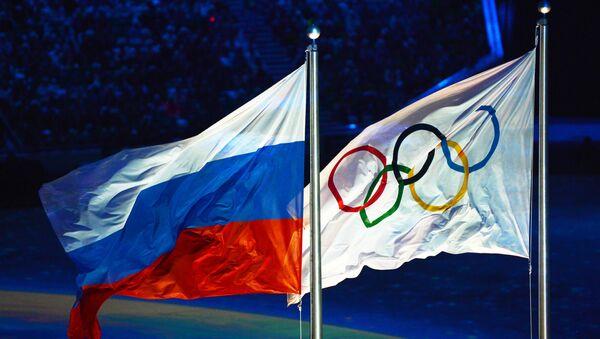 Олимпийский флаг и флаг России - Sputnik Azərbaycan