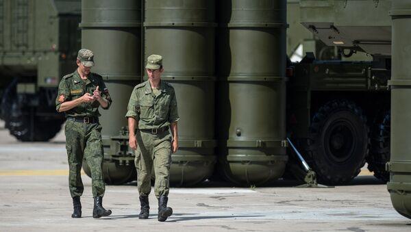 Военнослужащие у зенитно-ракетной системы С-300 - Sputnik Азербайджан