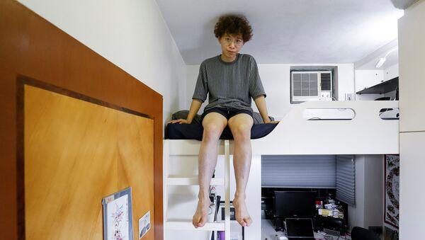 25-летний уроженец Гонконга Фунг Ченг, графический дизайнер, живущий в квартире со родителями и братом, в своей спальне площадью 5 кв.м. - Sputnik Азербайджан