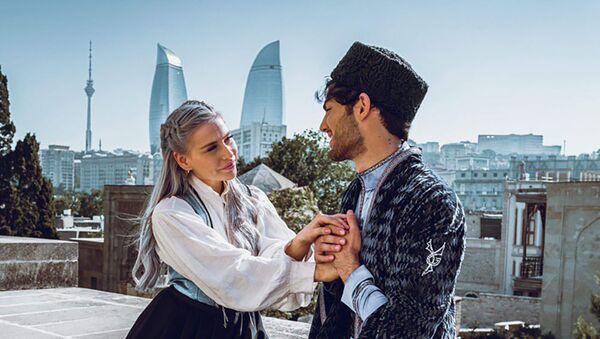 Азербайджанская модель Эльвин Исмаил и известный норвежский блогер Джаенетта Элиса  - Sputnik Азербайджан