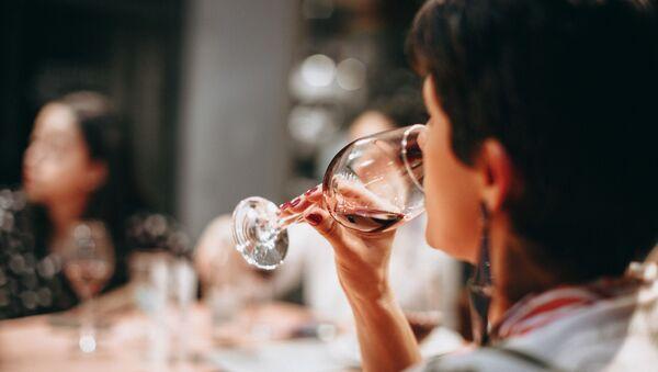Девушка пьет вино, фото из архива - Sputnik Азербайджан