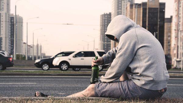 Мужчина с бутылкой пива, фото из архива - Sputnik Азербайджан