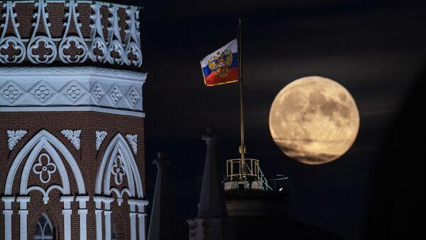 Moskva Kremlindəki Senat Sarayının günbəzində prezident ştandartı fonunda ay - Sputnik Azərbaycan