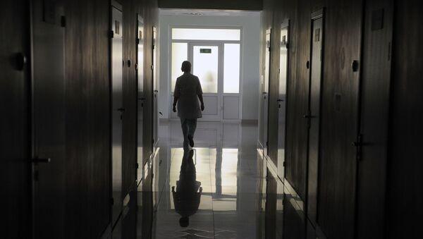 Врач идет по коридору больницы, фото из архива - Sputnik Азербайджан