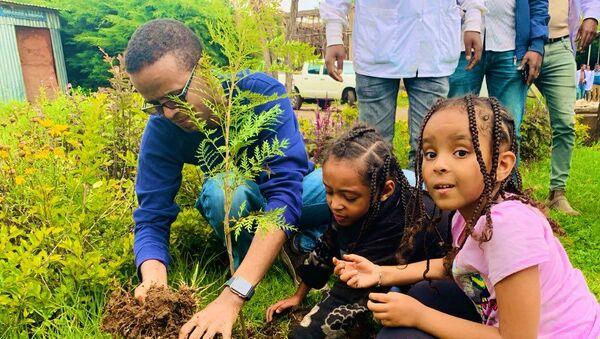 Дети сажают деревья в рамках акции в Эфиопии  - Sputnik Азербайджан