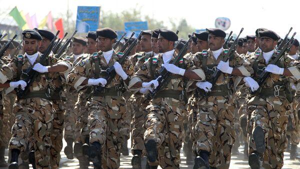 Иранские солдаты маршируют во время парада, посвященного Дню армии, в Тегеране, фото из архива - Sputnik Азербайджан