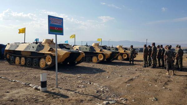 Азербайджанские артиллеристы, участвующие в конкурсе Мастера артиллерийского огня, осмотрели вооружение и военную технику - Sputnik Азербайджан