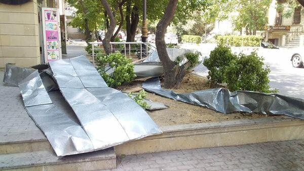Сильный ветер в Баку снес крышу жилого здания - Sputnik Азербайджан