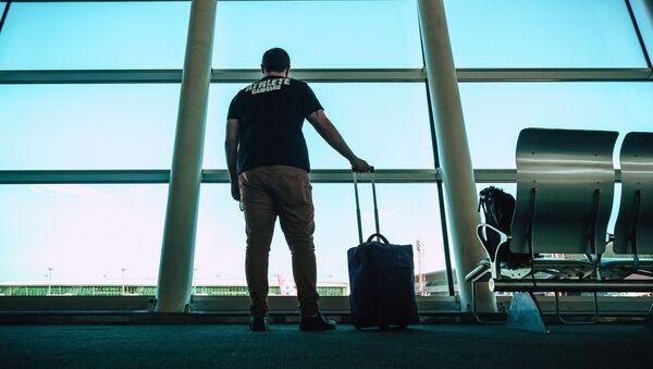 Мужчина с багажом в аэропорту , фото из архива - Sputnik Azərbaycan
