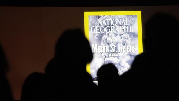 Посетители рассматривают проецированную копию обложки журнала National Geographic в обсерватории Джонстон-Ридж, фото из архива - Sputnik Азербайджан