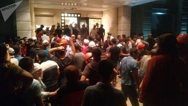 Ситуация возле штурма дома Алмазбека Атамбаева - Sputnik Азербайджан