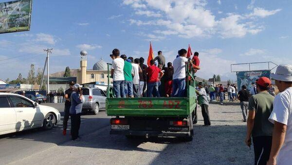 Сотрудники МВД поставили кордон по пути к дому Алмазбека Атамбаева в селе Кой-Таш. - Sputnik Azərbaycan
