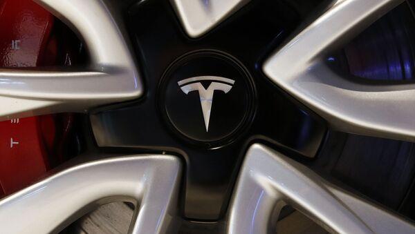 Логотип автомобиля Tesla, фото из архива - Sputnik Азербайджан
