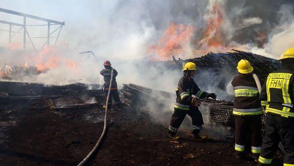 Пожар на рынке стройматериалов в Баку - Sputnik Азербайджан