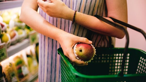 Девушка покупает манго, фото из архива - Sputnik Азербайджан