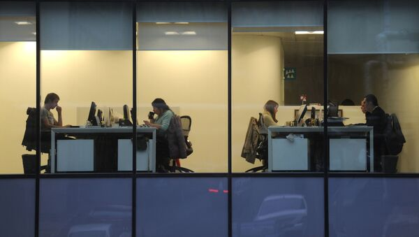 Сотрудники в офисе, фото из архива - Sputnik Азербайджан