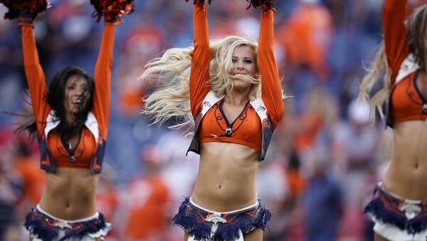 Девушки из группы поддержки футбольного клуба Denver Broncos в перерыве футбольного матча между Denver Broncos и San Francisco 49ers в Денвере - Sputnik Азербайджан