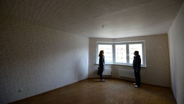 Мужчина и женщина осматривают квартиру, фото из архива - Sputnik Азербайджан