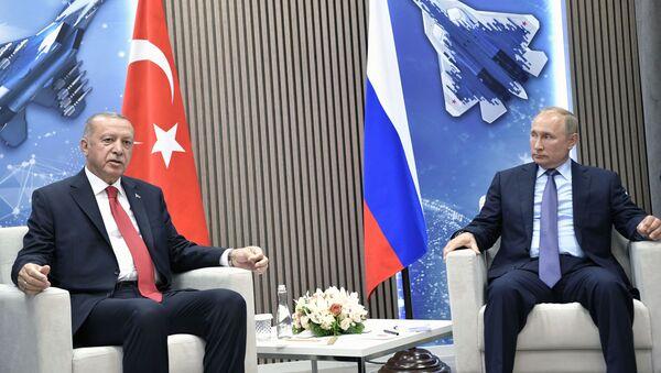 Президент РФ Владимир Путин и президент Турции Реджеп Тайип Эрдоган (слева) во время переговоров на полях Международного авиакосмического салона МАКС-2019 - Sputnik Азербайджан