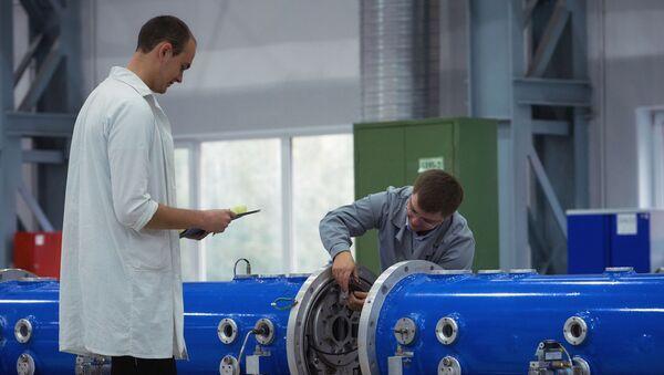 Сотрудники выполняют работы по монтажу элементов исследовательского ядерного нейтронного реактора, фото из архива - Sputnik Азербайджан