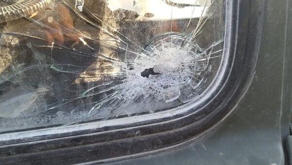 Пробитое выстрелом снайпера стекло автомобиля - Sputnik Азербайджан