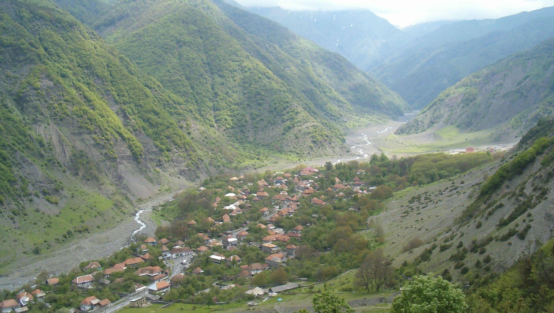 Qax rayonunun İlisu kəndinin Qalaçadan görünüşü, arxiv şəkli - Sputnik Азербайджан, 1920, 04.04.2021