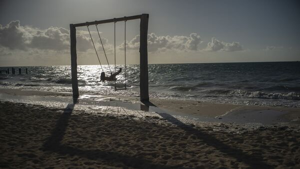 Турист на пляже во Фрипорте, Багамские острова, фото из архива - Sputnik Азербайджан