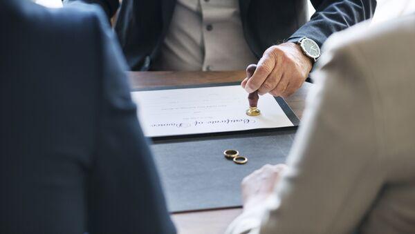 Жена и муж подписывают документы о разводе, фото из архива - Sputnik Азербайджан