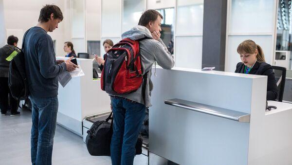 Пассажиры в зоне регистрации на рейсы, фото из архива - Sputnik Азербайджан
